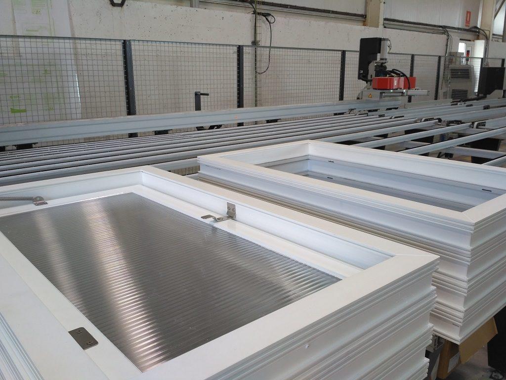 puertas y ventanas de aluminio y PVC para naves